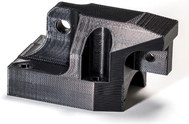ULTEMTM 9085 alapanyagból, F900 berendezéssel 3D nyomtatott áramszedő felső burkolat