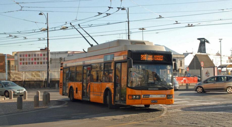 A nápolyi trolibusz költséghatékony, fenntartható közlekedési módot biztosít az egész városban.